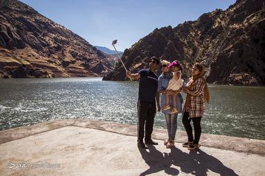 گردشگران محلی و غیربومی از مناظر و جاذبه های گردشگری در نزدیکی رود سیروان استفاده میکنند