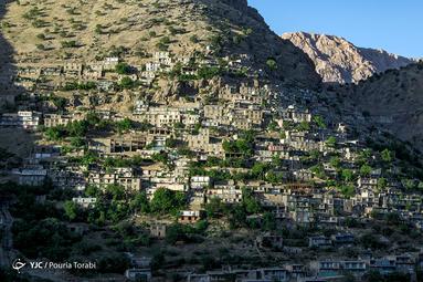 نمایی از روستای هورامان تخت که با معماری پله کانی در دامنه کوه ساخته شده است
