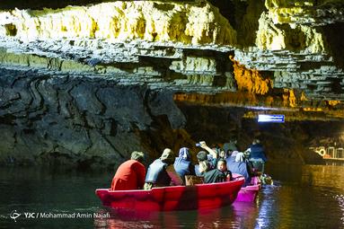 سقف غار در برخی قسمت ها به ارتفاع ۱۰ متری از سطح آب می رسد و در برخی قسمت ها با کربنات کلسیم خالص و در برخی بخش ها با عنصرهای دیگر پوشیده شده است. رسوباتی که در طول میلیون ها سال به شکل های مختلف در آمده اند و استالاکتیت ها (چکنده ها) و استالاگمیت هایی (چکیده) را تشکیل داده اند که در گوشه و کنار غار توجه هر بیننده و گردشگری را به خود جلب می کنند