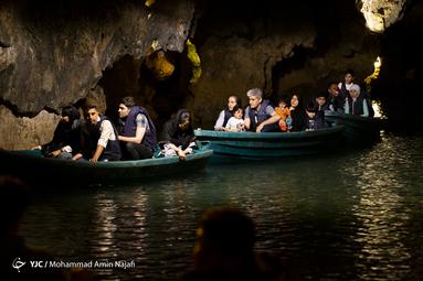 وجود تالاب وسیع آبی که به وسیله آن می توانید به اعماق غار نیز نفوذ کنید. با قایقرانی می توانید به بخش های مختلف غار سرک بکشید و دیدنی ها و اشکال مختلف شناخته شده و ناشناخته آن را کشف کنید