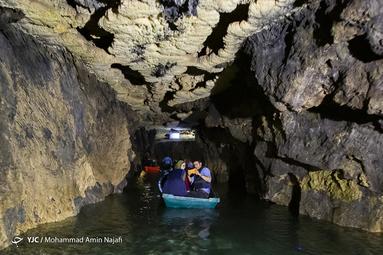 گذرگاهی آبی که نظیر آن در دیگر غارهای ایران و جهان به ندرت دیده می شود و فقط در تعداد معدودی غار در جهان مانند غار مولیس فرانسه، غارهای شوالیه و بوکان در استرالیا مجموعه ای زیبا نظیر آنچه در غار علیصدر وجود دارد به چشم می خورد