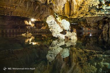 مناظر داخلی غار حیرت انگیز و دیدنی هستند و در  هر گوشه از آن شاهد معجزه طبیعت خواهید بود. سنگی که در وسط تصویر قرار دارد به نقشه ایران تشبیه شده است
