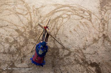 سوسن چراغی، مادری اهل روستای «خویه» که با هنر چوقا بافی برای رفاه خانواده اش تلاش می کند.