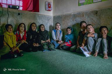 کودکان روستایی در حال تماشای انیمیشن های روز توسط کانون رشد میباشند. در خیلی از روستاها نیز به دلیل نبود برق امکان پخش فیلم فراهم نیست، روستای مهدی آباد