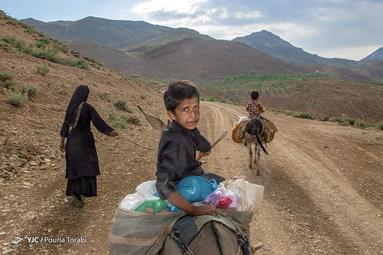 سعید به همراه مادر و برادر کوچک خود پس از خرید اقلامی از روستای نیاکان ، در حال برگشت به سیاه چادر های خود است، روستای نیاکان