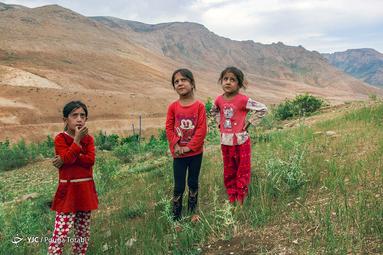 دختران عشایر ساکن در منطقه نیاکان در طبیعت بکر آن به بازی های کودکانه میپردازند. «نجاتی» اسم یکی از بازی های محلی آن هاست، روستای نیاکان