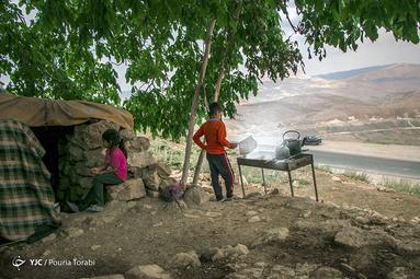 محمد 7 و مبینا 6 ساله از عشایر ایل بختیاری هستند که بعد از ییلاق به منطقه بازفت استان چهارمحال بختیاری در کنار جاده های پر پیچ و خم آنجا به برادر بزرگتر خود جهت فروش چای و تنقلات کمک میکنند، منطقه صمصامی