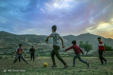 کودکان در هر شرایط و امکاناتی به بازی و شادی خود میپردازند. گویا در زندگی آنان چیزی به اسم مشکلات اقتصادی، سیاست، تحریم و ... وجود ندارد، شهر چلگرد