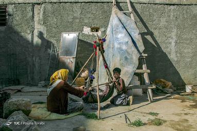 پژمان 13 ساله به همراه مادرش افسانه 28 ساله مشغول تهیه دوغ میباشند. افسانه در کنار کار های خانه به قالیبافی نیز مشغول میباشد. در فصل زمستان سمت شهر های لالی و اندیکای خوزستان و در فصل بهار و تابستان به سمت منطقه کوهرنگ کوچ میکنند، . شهر چلگرد