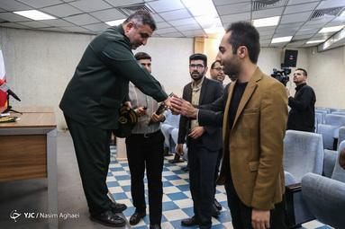 بازدید سردار فرحی فرمانده قرارگاه مهارت آموزی کارکنان وظیفه نیروهای مسلح از باشگاه خبرنگاران جوان