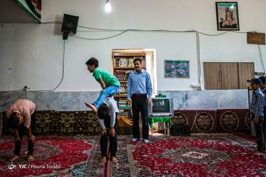 آن مرد با کتاب میآید/ صفدرعلی بختیاری هر روز برای کودکان روستاهای خدابنده زنجان کتاب و وسایل بازی میبرد