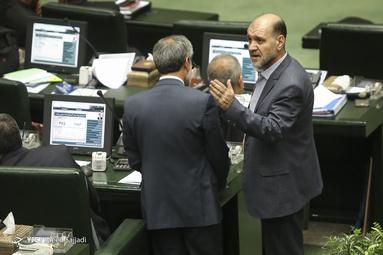 محمد عزیزی و فریدون احمدی دو نماینده مجلس که روز گذشته از زندان اوین آزاد شده بودند در جلسه علنی امروز صبح مجلس حضور پیدا کرده و توضیحاتی را به همکاران خود ارائه دادند.