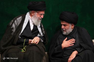 حضور مقتدی صدر در مراسم عزاداری شام غریبان در حسینیه امام خمینی(ره) کنار رهبر معظم انقلاب