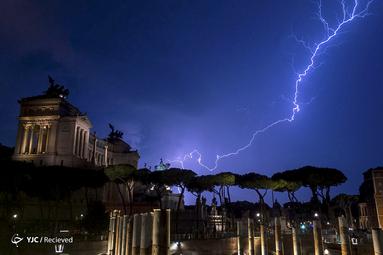 رعد و برق در کنار بنای تاریخی ویتوریو امانوئل دوم و مجسمه سوارکاری آن در رم