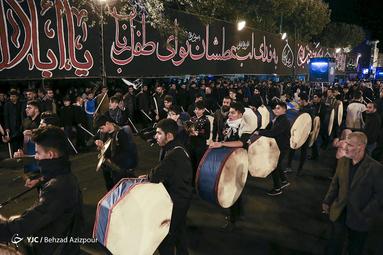 عزاداری شاه حسین گویان تبریز در شب عاشورای حسینی(ع)