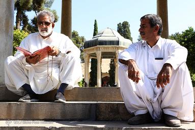 تفأل به حافظ شیرازی فاتحهای چو آمدی بر سر خستهای بخوان لب بگشا که میدهد لعل لبت به مرده جان