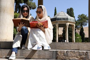 تفأل به حافظ شیرازی بر سر تربت ما چون گذری همت خواه که زیارتگه رندان جهان خواهد بود