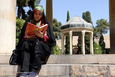تفأل به حافظ شیرازی اي پادشه خوبان داد از غم تنهایی دل بی تو به جان آمد وقت است که بازآیی