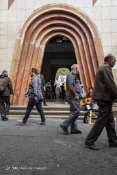 حرکت مردم در جلوی ورودی متروی تجریش