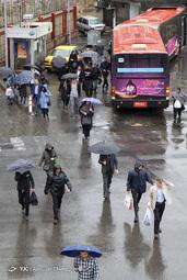 پیاده شدن مسافران از اتوبوس بی آر تی در پارک وی