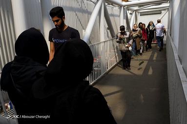 عبور مردم روی پل عابر پیاده در تجریش