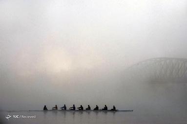 یک صبح مه آلود در پراگ در رودخانه ولتاوا
