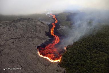 گدازه ای از آتشفشان پیتون که به سمت اقیانوس هند در جزیره رئونیون در جریان است