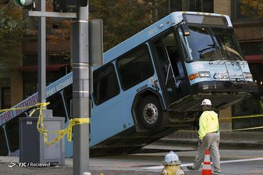 گرفتاری اتوبوس شهری در چاله ای در مرکز شهر پیتسبورگ