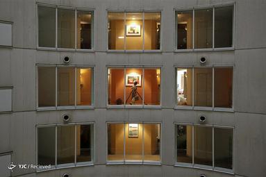 نظافتچی در اتاق مهمانان در هتل شین یوکوهاما پرنس ، واقع در یوکوهاما، ژاپن