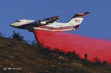 یک تانکر هوایی در محله شمال پارک سان برناردینو ، کالیفرنیا در حال خاموش کردن آتش