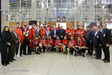 بازگشت تیم فوتبال ساحلی با جام قهرمانی به کشور