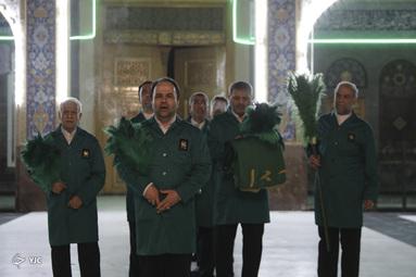 گل آرایی و تعویض پرچم حرم حضرت زینب(س)