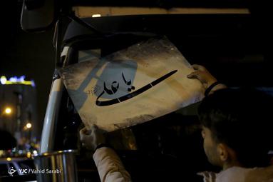 تعدادی از جوانان تهرانی طرح صلواتی شابلون نویسی نوشته های فاطمی و مذهبی را در میدان هفت تیر تهران انجام می دهند