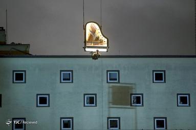 هنرمند سوئیسی آلن روشه هنگام اجرای یک کنسرت در یک مکان ساخت و ساز در مونیخ، آلمان