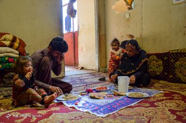 ساره مادری ۲۳ساله با دو فرزند و همسر خود در روستای چاه زردان زندگی میکند. از جمله هنرهای سنتی بانوان این نواحی سوزن دوزی بلوچی است