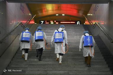 ضدعفونی کزدن پله ها در ایستگاه راه آهن، در اثر شیوع ویروس جدید در شهر کونمینگ، استان یوننان