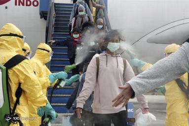 سم زدایی شهروندان اندونزیایی بخاطر ویروس کرونا قبل از انتقال آنها به پایگاه نظامی جزایر ناتونا برای قرنطینه