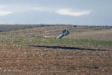 موشک منفجر نشده در جاده ای خارج از معارات النومن، سوریه
