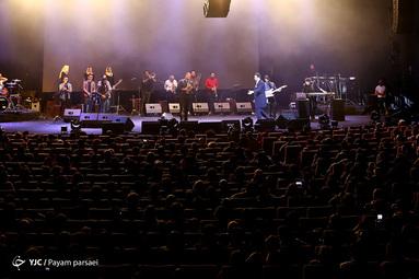 اجرای امید حاجیلی روی سن جشنواره فجر در سالن میلاد نمایشگاه بینالمللی تهران