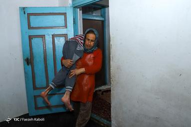 معصومه منقوش در روستای سرکلاته کردکوی زندگی میکند. او که دو فرزند دارد، فرزند بزرگش جعفر ۲۰ سال دارد که بخاطر معلولیتش مادر به تنهایی از او پرستاری میکند.