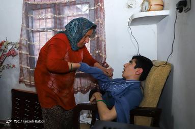 معصومه منقوش در روستای سرکلاته کردکوی زندگی میکند. او که ۲ فرزند دارد، فرزند بزرگش جعفر ۲۰ سال دارد که بخاطر معلولیتش مادر به تنهایی از او پرستاری میکند.