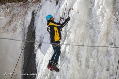 یخنوردی در آبشار یخزده گنجنامه
