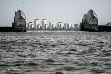 جزر و مد در پی طوفان سیارا در رودخانه تیمز در لندن، انگلستان