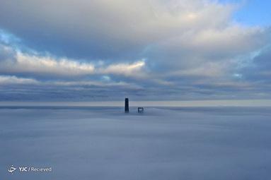 برج شانگهای (سمت چپ) و مرکز مالی جهانی شانگهای در مه غلیظ صبحگاهی