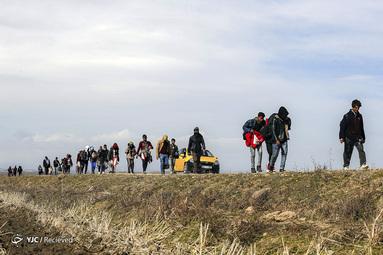 مهاجران در جاده ای در نزدیکی دروازه مرزی ایپسالا در ادرنه، در مرز ترکیه و یونان