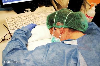 پرستار شیفت شب در بیمارستان مخصوص بیماران کرونایی در ایتالیا