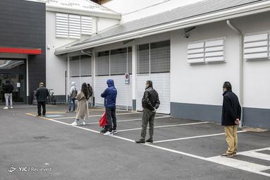 مردم در صف خرید در سوپر مارکت در میلان، ایتالیا بخاطر شیوع ویروس کرونا