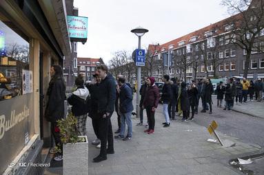 مردم هلند در صف خرید از فروشگاه بخاطر شیوع ویروس کرونا