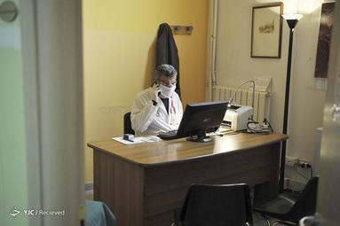 معاینه پزشک ایتالیایی با تلفن بخاطر شیوع ویروس کرونا