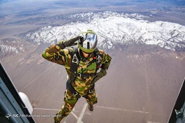 پرش چتربازان سپاه به مناسبت دهه فجر